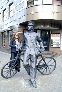 Памятник почтальону