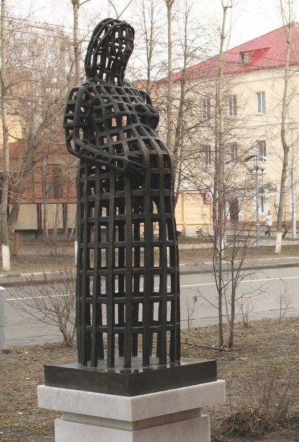 Памятник беременной женщине
