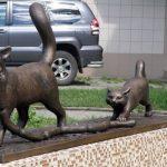 Памятник котам, ворующим сосиски