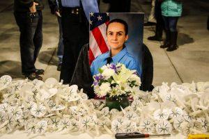 Мой округ собрался прошлой ночью, чтобы проститься с офицером полиции, но я не смогла присутствовать. Фото были взяты с разных новостных ресурсов.