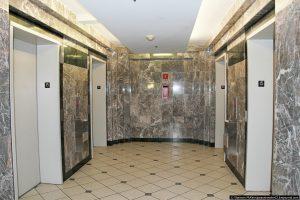 17. Для всех больших комплексов в Северном Арлингтоне стандартом является наличие нескольких лифтов на каждом этаже, способных перевозить по 10 - 15 человек в каждом. Это полностью отличается от лифтов европейского или русского размера, которые обычно очень маленькие, по крайней мере, исходя из тех, что я видела. На каждом этаже по четыре лифта.
