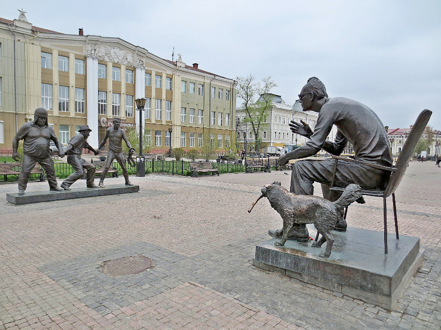 Памятник Леониду Гайдаю и героям его фильма