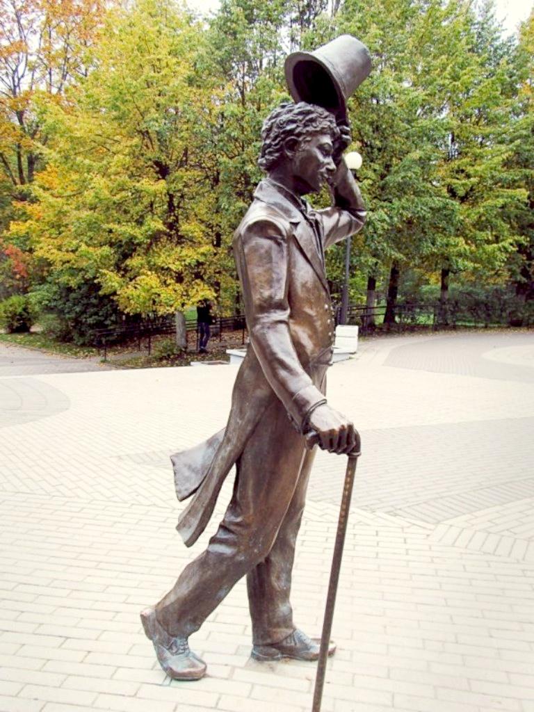 Памятник Георгию Вицину в образе Бальзаминова