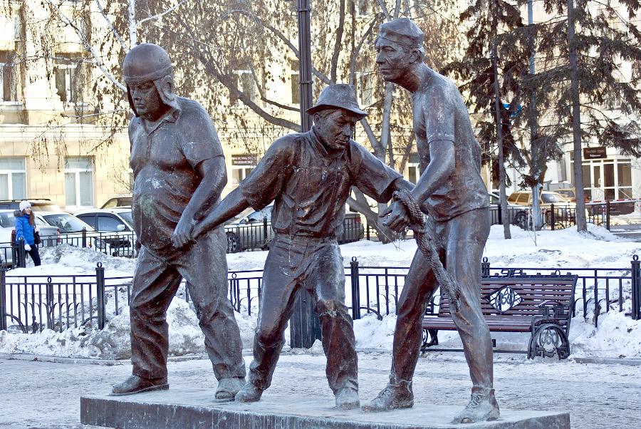 Памятник Лениду Гайдаю и его киногероям