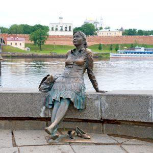 Памятник девушке-туристке