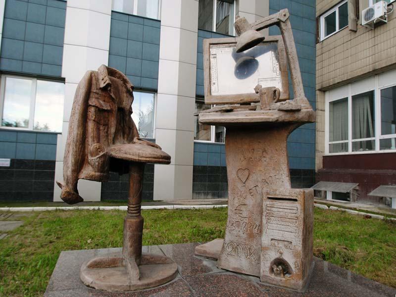 Памятник дизайнеру