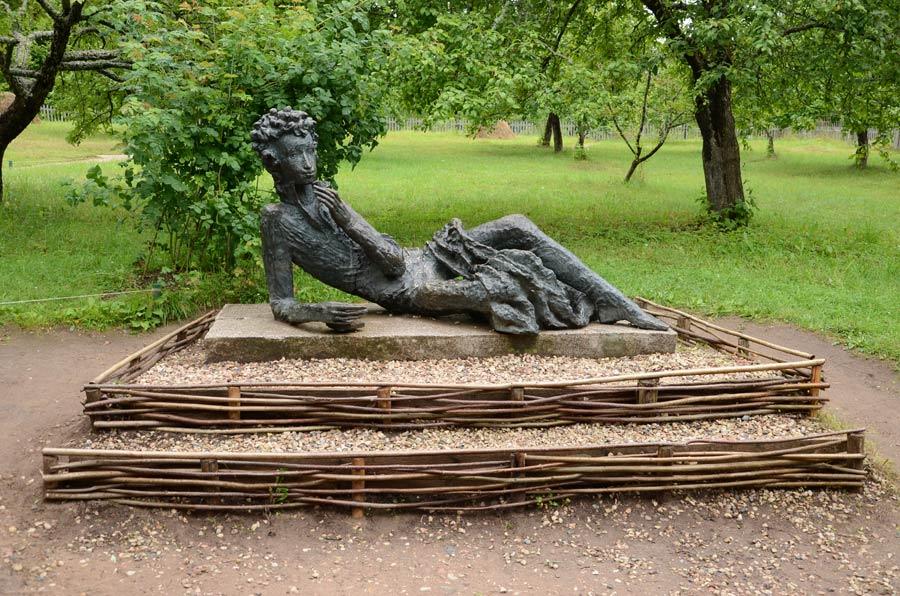 Памятник Пушкину-лицеисту