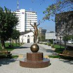 Скульптура «Девочка на шаре» в Новороссийске