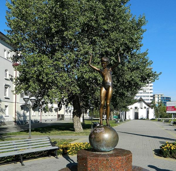 """Скульптура """"Девочка на шаре"""" в Новороссийске"""