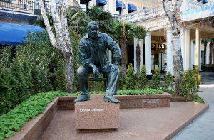 Памятник Юлиану Семенову в Ялте