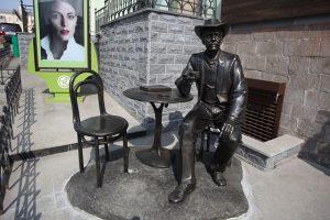 Скульптура джентельмена в кафе во Владивостоке