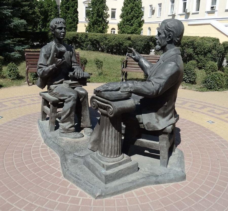 Памятник преподавателю и студенту в Воронеже
