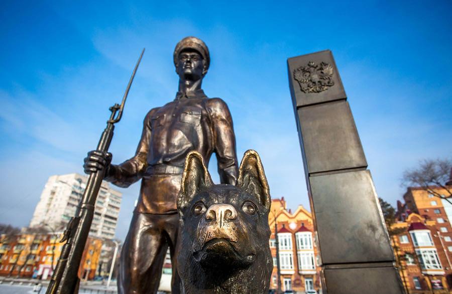 """Памятник """"пограничнику с собакой"""" в Благовещенске"""