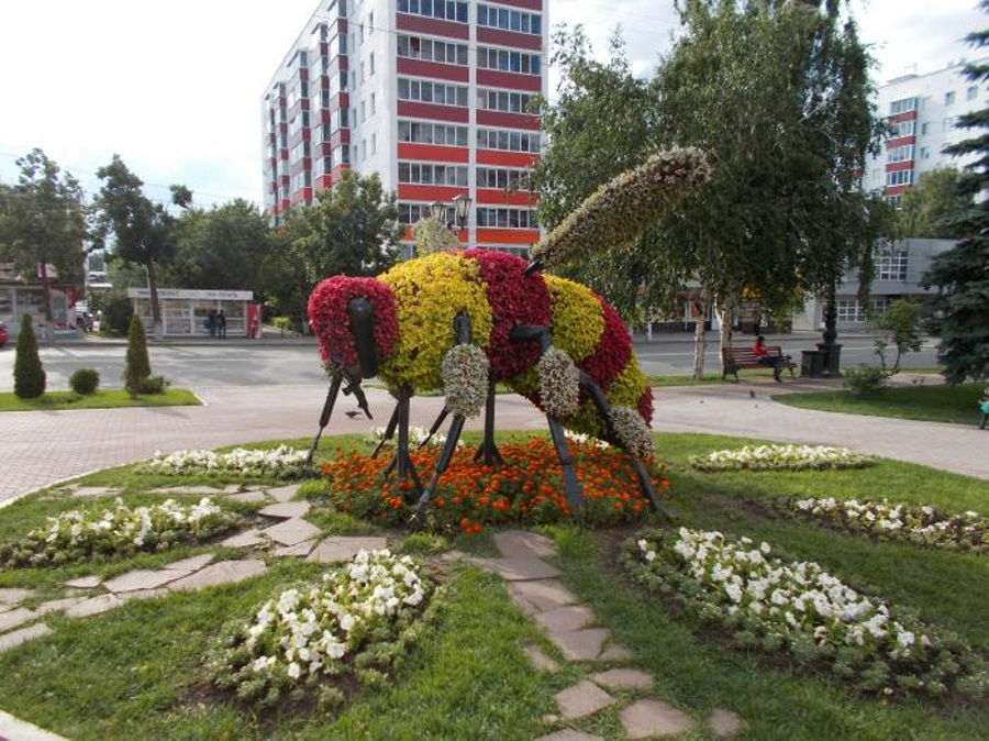 Памятник пчеле в Уфе
