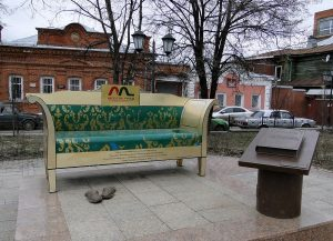 Памятник дивану Обломова в Ульяновске
