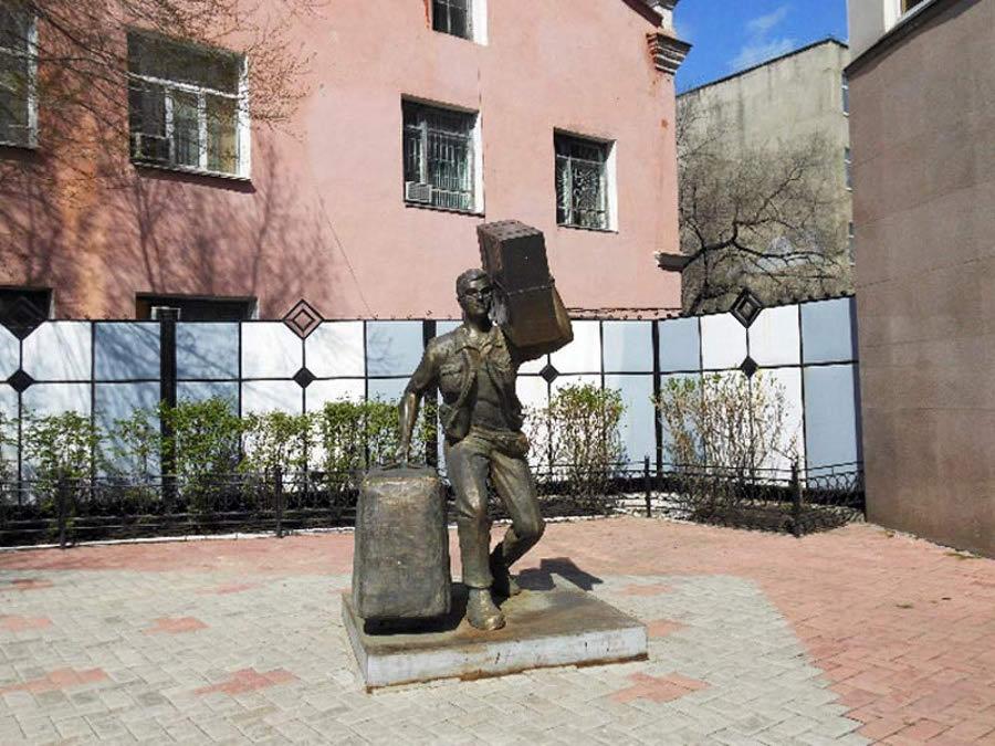 Памятник челноку в Благовещенске