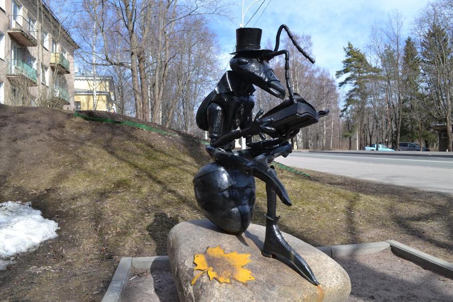 Скульптура Читающий муравей в Зеленогорске