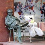 """Скульптура """"Спящий охранник"""" в Москве"""