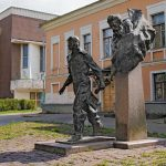 """Скульптура """"Два капитана"""" в Пскове"""