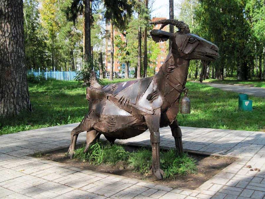 Памятник козе в Ижевске