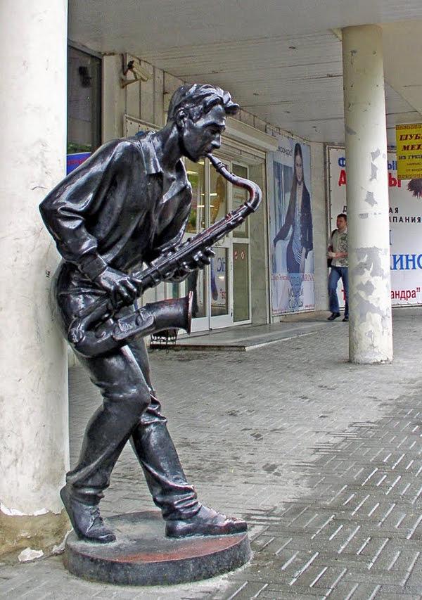 Памятник саксофонисту в Челябинске